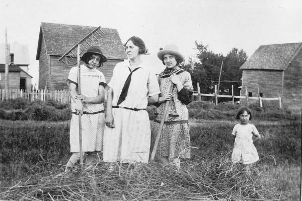 À genoux: Cécile et Conrad Péloquin. Réjeanne, Ghislaine, Maurice, Jean-Paul Péloquin et au milieu, leur mère.