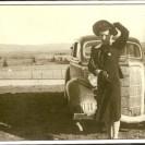 Sur cette photo, nous voyons l'auto d'Elzéar Palardy, père de Bella que nous apercevons photographiée en avant de la ferme familiale.