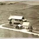 Voici une photo aérienne prise en 1960 de la ferme de Roméo Fontaine. Elle est située sur le chemin Paré dans le rang VII. Aujourd'hui, elle appartient à Serge et Johanne Ouellette .