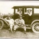 Quelle belle photographie prise en 1941! Nous apercevons Henri-Paul Rouleau qui prend place à l'avant de l'automobile. Même Willie Lamothe n'aurait pu faire mieux!