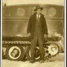 """En 1946, Réginald Dumas achète un """"snowboat"""" fabriqué par Bombardier. Il s'en servira comme véhicule de taxi pendant la période hivernale."""