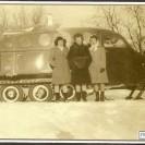 """Jeanne Corriveau, Gemma Evoy et Jeannine Proteau se font conduire en """"snowboat"""". C'était en 1952 où Réginald Dumas possédait encore ce véhicule."""