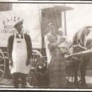 En 1927, c'était le temps du boucher ambulant dans nos campagnes. Régulièrement, l'un d'eux, Ovila Lisée, faisait la tournée de la municipalité de Fontainebleau pour satisfaire sa clientèle. Quelquefois, il se faisait accompagner par son épouse, Eva Lussier et ses enfants Ghislain et Georgette, que l'on voit sur cette photo.