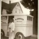 À la fin des années 1960, Robert Drouin, notre boulanger local devait distribuer son pain dans Weedon et la région. Voici le véhicule que conduisait son employé, Hervé Livernoche, pour faire la livraison hebdomadaire.