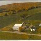 """Voici une photographie de la ferme de Marc Giguère. Aujourd'hui, elle appartient à son fils Luc. Elle se situe sur la 1ere avenue dans le """"vieux village"""". Admirez les couleurs de l'automne."""