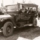 Lors du centenaire de Weedon en 1963, les gens n'ont pas oublié les belles automobiles qui ont traversé des décennies et qui faisaient la fierté du propriétaire. Nous voyons Victor Péloquin et Delphine Marcoux se faisant conduire lors du défilé.