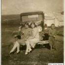 Dis-moi, qui est la plus belle? Ces deux jeunes filles, Bibiane Desmarais et Irène Denis ont profité de la présence de l'auto de Henri Denis pour garder un beau souvenir de leur amitié. Rock n'a pas refusé l'invitation.