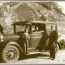 Voici Wellie Delisle et son épouse Angélina Baillargeon et Raymond, leur enfant devant leur belle automobile.