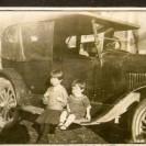 Les jeunes Renée-Paule et Marc Laplante ont pris plaisir à se faire photographier sur le marche-pied de l'automobile d'Adélard leur père.