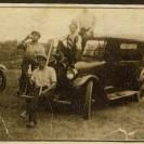 Lors d'un moment de repos, Hormidas Surprenant et ses amis en profite pour se faire prendre en photographie près de son véhicule.