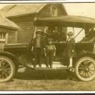 Les gens aimaient se faire photographier avec leur automobile, un signe de prospérité. Voici un couple et leurs trois enfants devant leur maison.