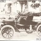 Nous pouvons voir Victor Péloquin conduisant fièrement sa nouvelle acquisition qui devenait l'une des premières automobiles dans Weedon.