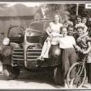 Autrefois, on aimait se faire photographier près d'un véhicule. Nous reconnaissons Gisèle Nichol, Julien Dumas, Aline Lussier, Gabrielle Patry, Marcel Prévost, Solange Lauzon, Bobby Doyon et Monique Grégoire.