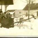"""Dans la """"sleigh"""" tirée par un cheval blanc, nous reconnaissons Imelda Fortin, une demoiselle Gervais et Claudette Fortin."""