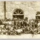 En avant de l'église St-Janvier en construction, nous apercevons les nombreux employés qui ont participé à son érection. L'un d'eux, Albert Fortin, le quatrième à partir de la droite dans la rangée à l'avant.