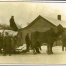 Il est impressionnant de voir le chargement de billots de bois que conduit Ovila Dumas vers les États-Unis. Cette photo a été prise aux douanes à Stanhope après être parti de Weedon. Nous reconnaissons à l'avant Émile Surprenant, Lucien Leroux et Camille Dumas, son fils.