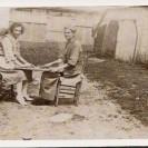 Alice et Wilhemine Fortin s'installent au soleil pour une bonne partie de dames.