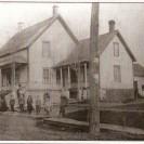 Voici la demeure de la famille de Pierre Fortin située sur le coin St-Janvier et 4e avenue. Elle a vu naître une vingtaine d'enfants. Vers les années 1925, nous avons une photographie de 13 d'entre eux entourant Pierre et Sophie Allard.