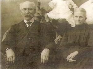 Prise vers les années 1910, cette photographie nous montre le couple Gilbert Roy et Eulalie Bédard. Nés respectivement en 1850 et en 1849 dans la Montérégie, ils se sont mariés à Farnham le 8 novembre 1870. Ils s'installent à Weedon vers 1890 où ils complètent leur famille de quinze enfants.