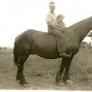 Voici une photographie prise en 1937 de Donat Magnan permettant à son aînée Annette de faire une courte promenade à cheval.