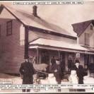 Nous voyons une photographie de la maison plus que centenaire du couple Albert Brière et Aurélie Palardy prise en 1909. Située dans Weedon Station, elle a été transformée à plusieurs reprises. En plus d'être une maison unifamiliale, elle a servi à plusieurs services publics dont un bureau de poste et magasin général.