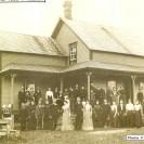 Le 3 octobre 1903, Louis Côté fils de Michel et Joséphine Magnan, prenait épouse en Adélia Palardy, fille d'Auguste et Hermine Deschamps. Voici la demeure des parents de Louis devant laquelle nous apercevons les invités à la noce.