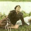 Voici une photographie en couleur de Marie-Louise Moreau avec son chien. Elle était l'épouse de Zénon Roy. Souvenir des années 1900.