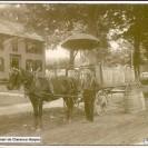 Au début du siècle, grâce à sa voiture et son cheval, Philias Gagné pouvait livrer du matériel contenu dans des barils. Voyez le parasol installé à l'avant de la voiture pour protéger le conducteur contre les rayons de soleil.