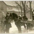 On s'en va à l'école. Considérant l'éloignement de l'école, Monique conduisait son poney Ti-Bob qui tirait la carriole. Sur la photo, nous voyons oncle Paul-Henri Bourget, Gérard Gaudreau tenant la bride et Marcel Girard assis avec Monique dans la carriole.