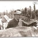 Sur cette photo, nous apercevons Georges Larochelle qui a été le dernier cultivateur à utiliser les boeufs pour ses travaux sur sa ferme située sur la route 1 en direction de Dudswell.