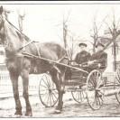 """La """"voiture fine"""" était populaire au début du siècle et pendant des décennies. Nous pouvons facilement constaté la fierté d'Arthur Dansereau et de Maurice Desmarais profitant d'une belle promenade sur la rue Principale à Weedon dans les années 1920."""