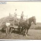 À la fin de juillet 1952, Gérard Paquette, Réal Provencher et Doris Jean participent à la récolte du foin dans le rang II de Weedon.