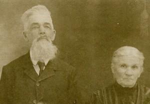 Nous pouvons voir le couple Paul Desmarais Marie Fortier photographié vers 1910.