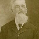 Paul Desmarais, un des ancêtres de cette famille installée dans le canton de Weedon, s'est marié à Stratford avec Marie Fortier le 3 mars 1862. Né en 1843 à Yamaska, il est décédé le 17 décembre 1926 à Weedon. Il portait fièrement la barbe.