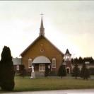 Voici une photographie récente prise en 2003 du sanctuaire St-Gérard. Nous pouvons remarquer que le campanile a été installé tout près de l'église paroissiale.