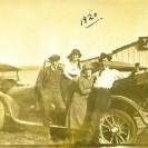 Voici 3 automobiles à la Batoche. Nous pouvons reconnaître à droite Achille Péloquin et Lucienne Lemay.