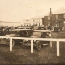 Voici le presbytère photographié vers 1925 alors que les visiteurs sont venus en pèlerinage. À gauche, nous pouvons voir le campanile servant de clocher du sanctuaire. Au centre, un abri et un magasin avaient été construits pour accueillir les pèlerins.