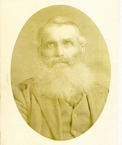 Voici François-Xavier Dufresne  et sa barbe très fournie. Il était originaire de la montérégie et marié à Élisabeth Côté. Il a élevé une grande famille à Weedon.