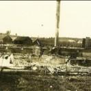 En 1923, voici ce qu'était devenu le site de l'église après l'incendie qui a eu lieu à Weedon. Nous apercevons les décombres de l'église St-Janvier de Weedon; seule la cheminée se tenait debout après ce sinistre. À l'arrière, nous voyons l'école Notre-Dame-du-Sacré-Coeur.