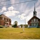 Nous pouvons apercevoir l'église et le presbytère de la paroisse de St-Raymond-de-Pennafort de Fontainebleau. La paroisse s'est départie du presbytère de nombreuses années après sa construction.