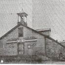 """Voici la première église de St-Raymond de Fontainebleau. Elle a été construite en 1914, l'année précédant la fondation officielle de la paroisse St-Raymond-de-Pennafort. Complètement en bois, elle avait été déclarée comme étant """"une trappe à feu"""" par des inspecteurs et devait être démolie à l'été suivant à cause de sa vétusté. L'incendie a été aperçu par un voisin vers 4 heures du matin. Il serait imputable à une défectuosité du système électrique qui datait de 45 ans."""
