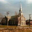 Photographie de l'église et du presbytère qui a été prise au début des années 80.