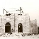 Nous voyons les débuts de la construction de la nouvelle église en 1924 construite en pierre achetée de St-Sébastien.