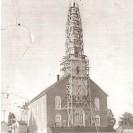 L'église St-Janvier rendue sur son nouveau site subit les dernières réparations après avoir reçu son recouvrement de briques.