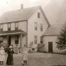 Voici l'ancienne maison de Damien Després qui étaient située sur la première avenue dans le vieux village. Monsieur et madame Rosaire Mercier en a été les propriétaires.