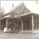 Voici une des plus anciennes maisons de Weedon, Elle a appartenu à Henri-Paul Paré et Clémence Audet. Après d'importants travaux de rénovation, elle se fait toute charmante à l'entrée ouest de Weedon. Monsieur et madame André Chabot en sont les propriétaires actuels.