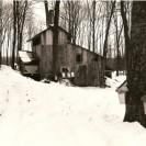 Voici la cabane à sucre opérée par Robert Dumas et aujourd'hui par son fils Jean-Claude Dumas. Elle est située sur le chemin Paré dans la municipalité de Weedon.