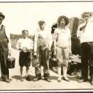 Nous apercevons sur cette photographie la famille Bachand qui revenait du champ avec leur chaudières de framboises. Cette activité était populaire chez nos gens vivant à la campagne.