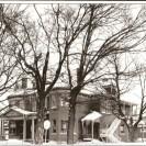 Construit en 1904 au coût de 28 000 $, cette maison comprenait 24 pièces. Son propriétaire est Napoléon Tanguay qui a été maire de Weedon-Centre et député du comté de Wolfe au provincial. Ce superbe domaine abritera le bureau de poste de 1925 à 1962. Puis il deviendra une studio de photographie avant de devenir une résidence pour personnes âgées.