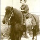 Être initiée à l'équitation avec un poney fascine toujours une petite fille. Rita Giguère qui est devenue l'épouse de Roger Gosselin et la mère de Mario Gosselin a eu cette chance alors qu'elle était toute jeune.